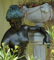 Bronze: Statue - Die Badende - Gesamthöhe 170cm, Sockel ca. 40 x 40 cm , Figurhöhe ca. 140 cm ,  5.900 €