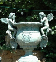 Bronze: Engelpflanztopf mit Widderköpfe, Höhe 1,10 cm, Sockeldurchmesser 36cmx36cm, Preis: 3.650 €