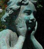 Bronze: Engelpflanztopf (Detailansicht) mit Widderköpfe, Bronzeguss, Höhe 1,10 cm - Sockeldurchmesser 36cmx36cm - Preis: 3.650 €