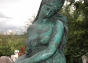 Frau mit Krug - Bronze