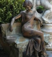 Bronze Frau in Gedanken