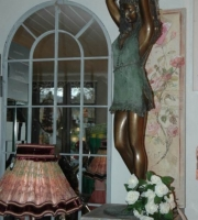 Bronze Frau mit Krug.