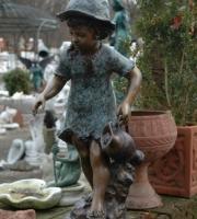 Bronze mädchen mit Krug