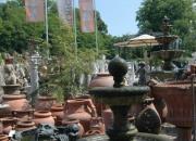 leise plätschernder Natursteinbrunnen - Bildhauerarbeit