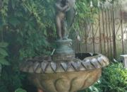 Springbrunnen mit Bronzefigur / Putte