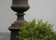 Gusseisen Vase mit Sockel