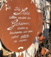 """Schild """"Die Liebe allein versteht das Geheimnis, andere zu beschenken und dabei selbst reich zu werden """""""