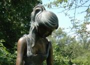 """Bronzefigur """" Mädchen am Brunnen"""