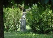 Steinguss: Mädchen am Brunnen