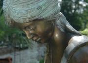 """Bronzefigur """"Mädchen am Brunnen"""
